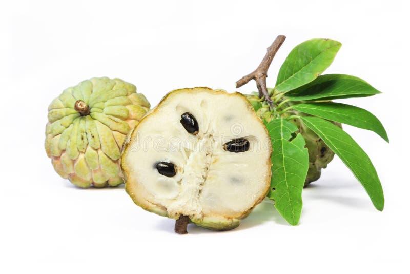 Het fruit van de vlaappel met bladeren op witte achtergrond royalty-vrije stock foto's