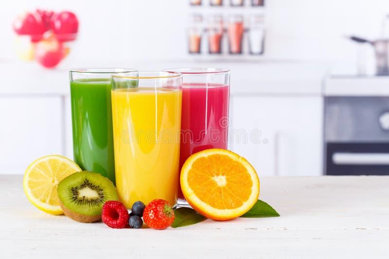 Het fruitvruchten van sap smoothie smoothies oranje sinaasappelen royalty-vrije stock foto