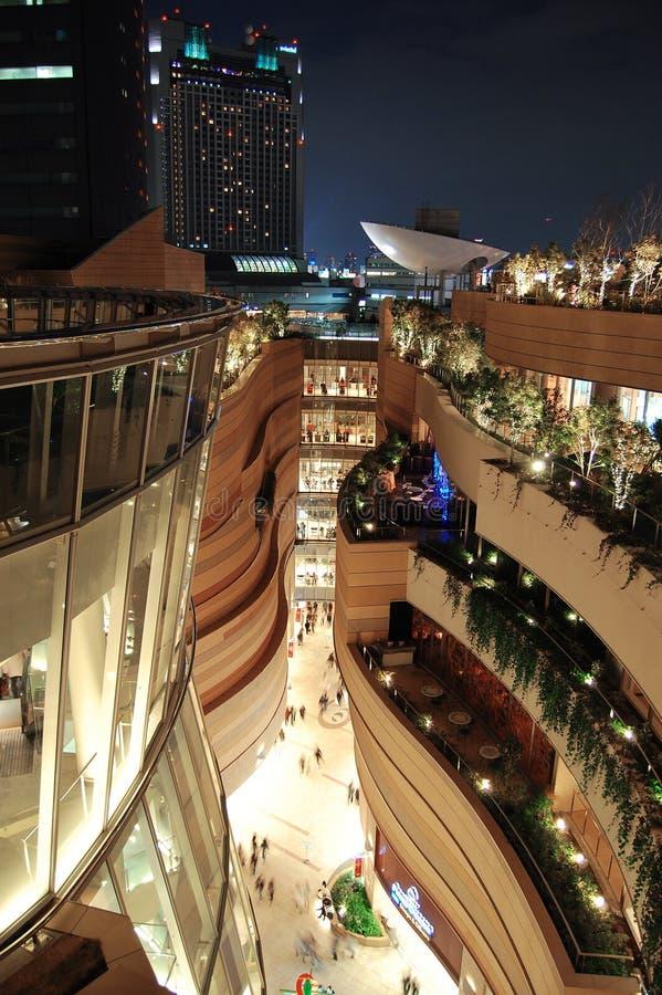 Het futuristische bekijken die nacht bouwen royalty-vrije stock afbeeldingen