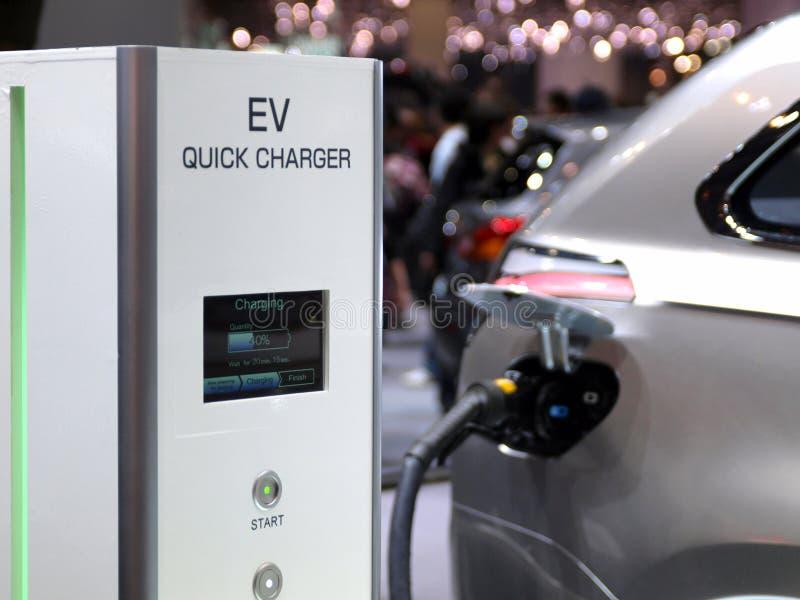Het futuristische elektrische conceptenauto laden stock foto's