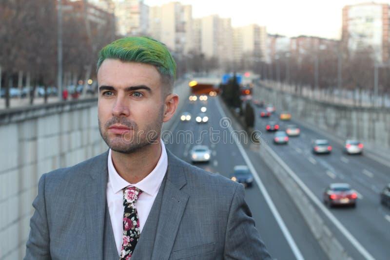 Het futuristische kijken zakenman met bezige stadsachtergrond royalty-vrije stock foto