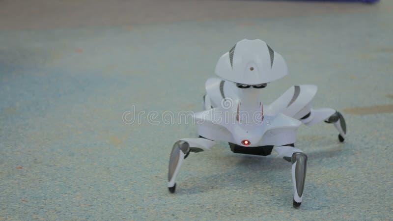 Het futuristische robotspin dansen stock foto's