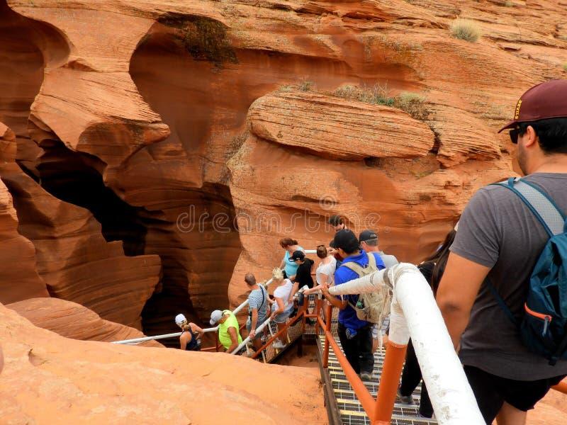 Het gaan binnen Lagere Antilopecanion - mensen - ingang-Arizona Navajo de V.S. stock foto's