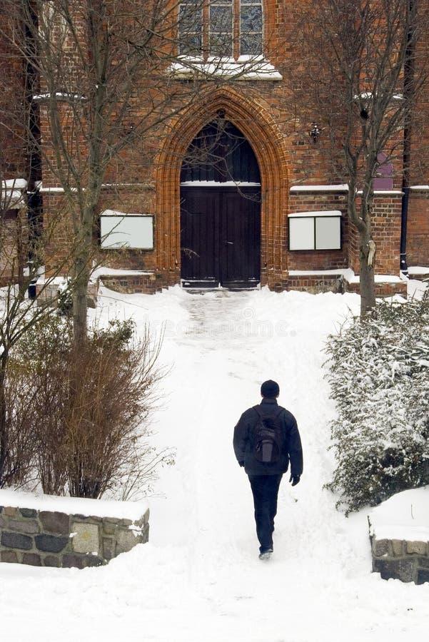Het gaan naar kerk in de winter royalty-vrije stock foto