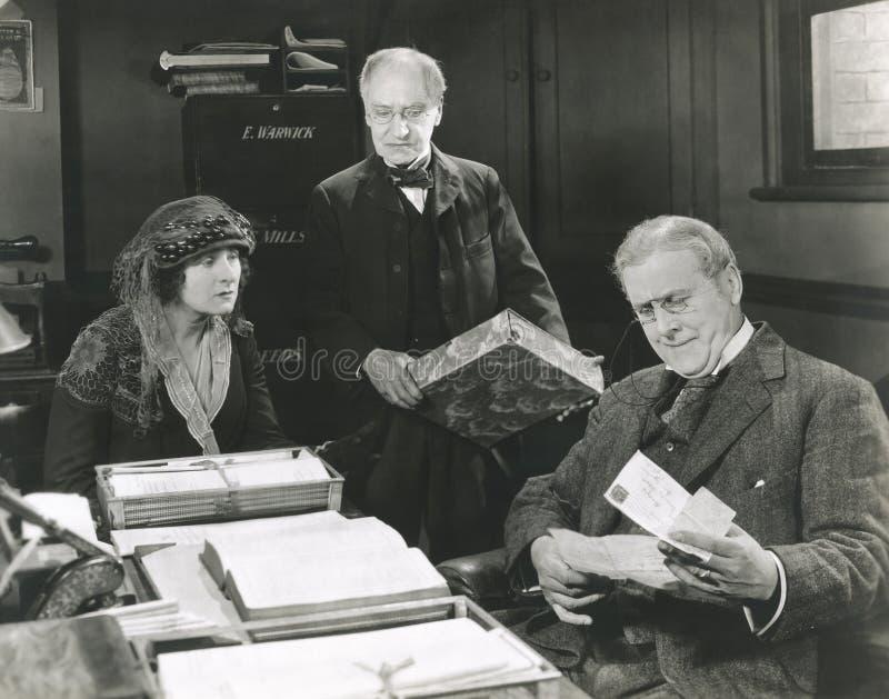 Het gaan over brief in advocatenbureau royalty-vrije stock fotografie