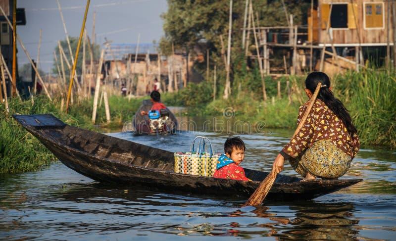 Het gaande winkelen met weinig één, Inle-Meer, Shan State, Myanmar stock foto