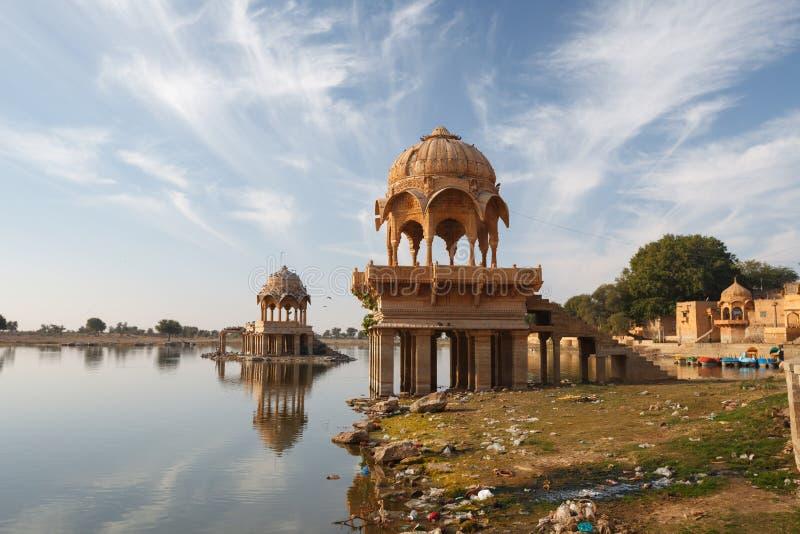 Het Gadisarmeer in Jaisalmer-stad is toeristische attractie India, Raj royalty-vrije stock fotografie