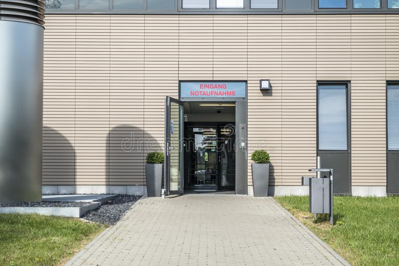Het Garmanteken bij het ziekenhuis richt naar de noodsituatieruimte - vertaling: De Zaal van ingangsemergancy stock fotografie