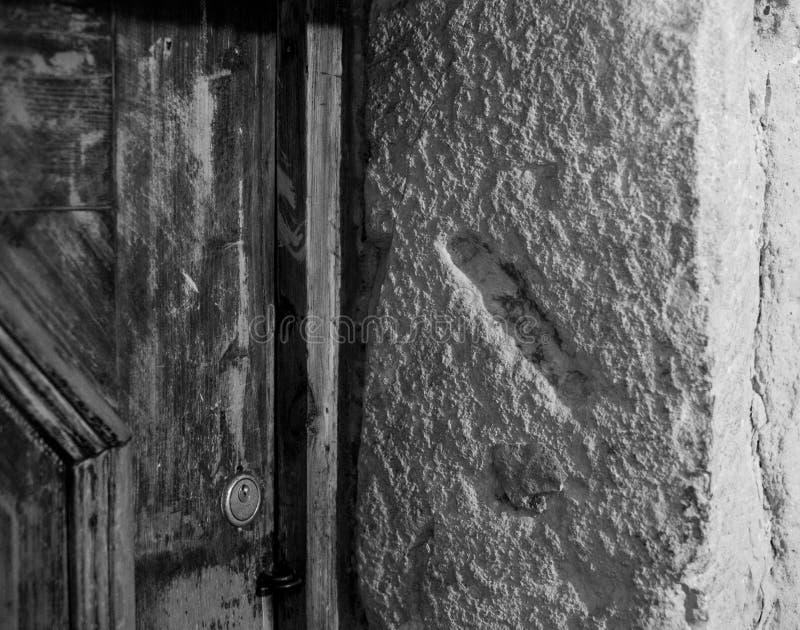Het gat sneed in een post van de steendeur waar een kleine rol die van Mezuzah een gebed bevatten eens, Krakau, Polen werd geplaa stock fotografie