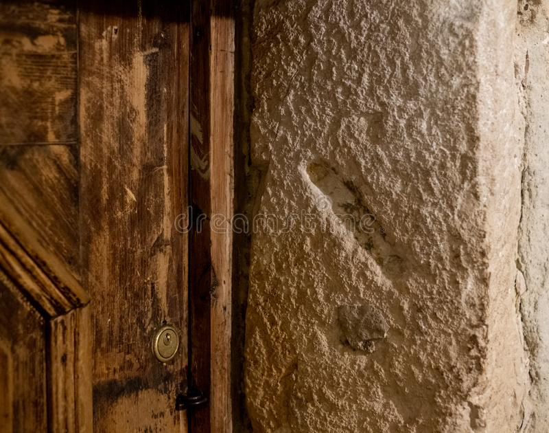 Het gat sneed in een post van de steendeur waar een kleine rol die van Mezuzah een gebed bevatten eens, Krakau, Polen werd geplaa royalty-vrije stock foto's