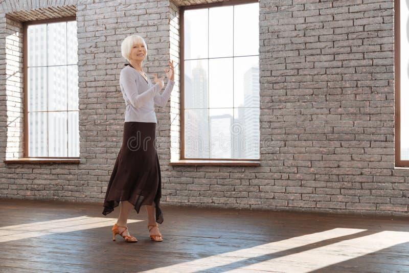 Het geïnspireerde hogere vrouw tangoing bij de dansles royalty-vrije stock foto