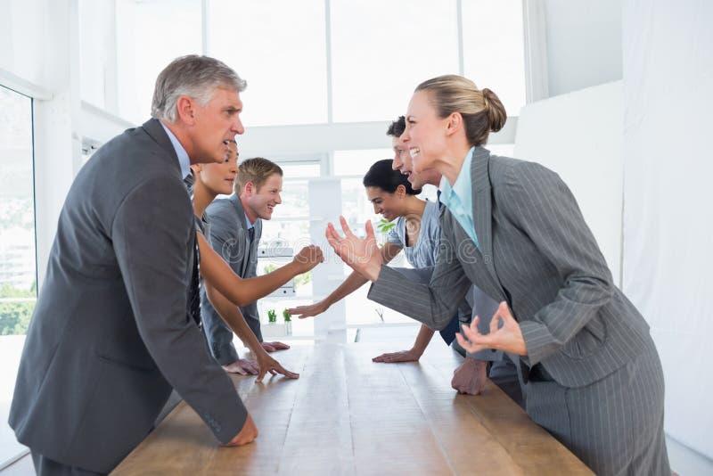 Het geïrriteerde commerciële team debatteren stock afbeelding