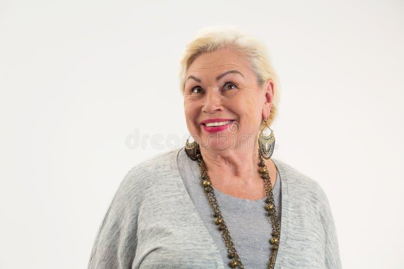 Het geïsoleerde bejaarde vrouwelijke glimlachen stock fotografie