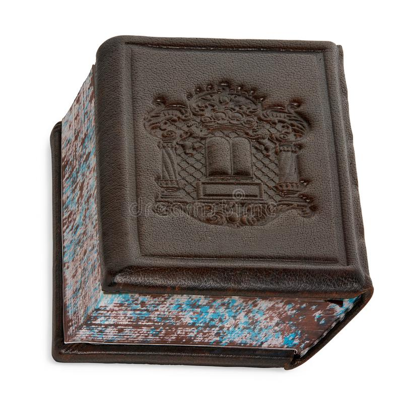 Het geïsoleerde Bruine Boek Siddur die van het Leergebed op Wit opstaan royalty-vrije stock foto