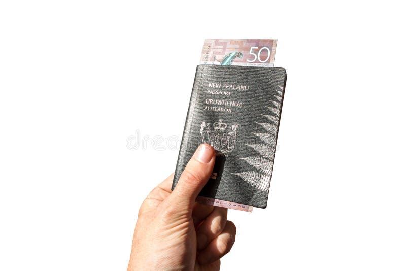 Het geïsoleerde Paspoort van Nieuw Zeeland met Geld die worden gehouden royalty-vrije stock fotografie