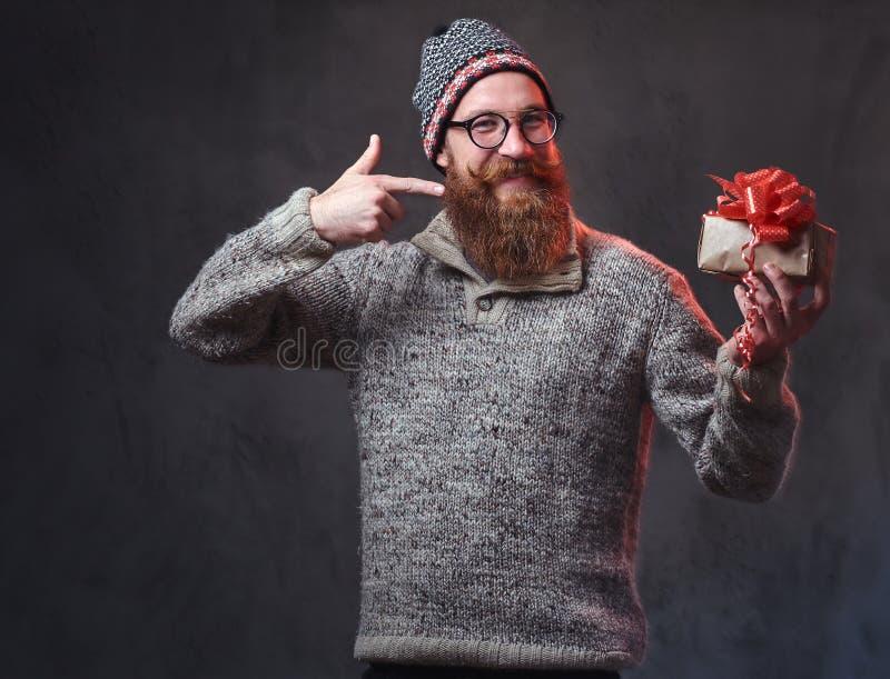 Het gebaarde mannetje houdt Kerstmisgiften royalty-vrije stock foto's