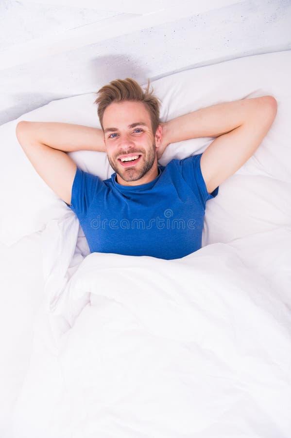 Het gebaarde mensengezicht ontspannen Handhavend verenigbaar circadiaans ritme essentieel voor algemene gezondheid Mensen knappe  stock foto's