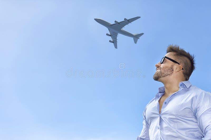 Het gebaarde vliegtuig van de mensen blauwe hemel stock foto