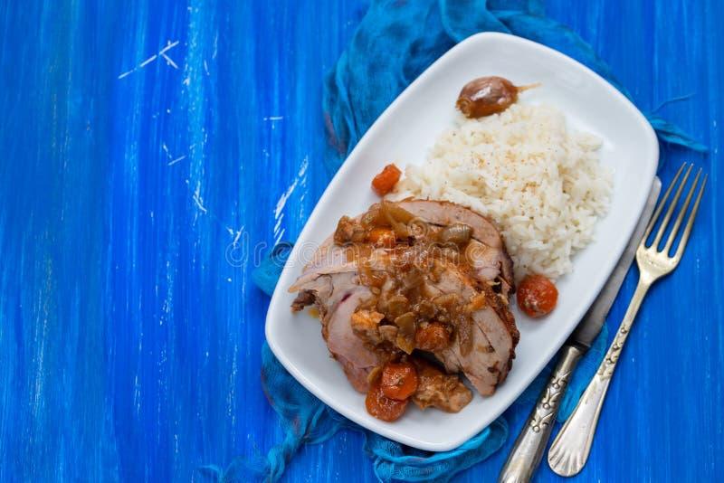 Het gebakken been van Turkije met groenten, gerookte worst, kruiden en gekookte rijst op schotel royalty-vrije stock fotografie