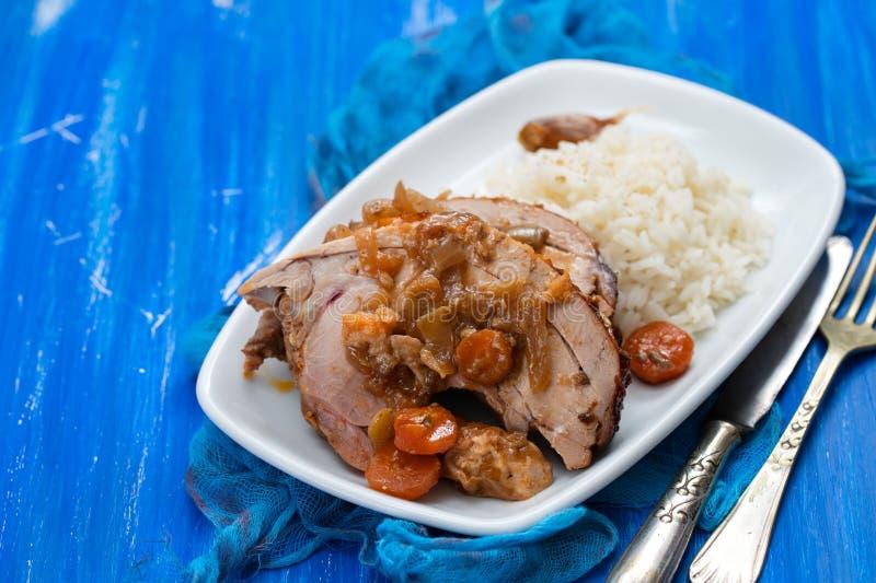 Het gebakken been van Turkije met groenten, gerookte worst, kruiden en gekookte rijst op witte schotel royalty-vrije stock foto's