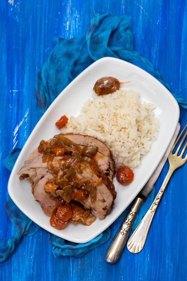 Het gebakken been van Turkije met groenten, gerookte worst, kruiden en gekookte rijst op witte schotel royalty-vrije stock fotografie