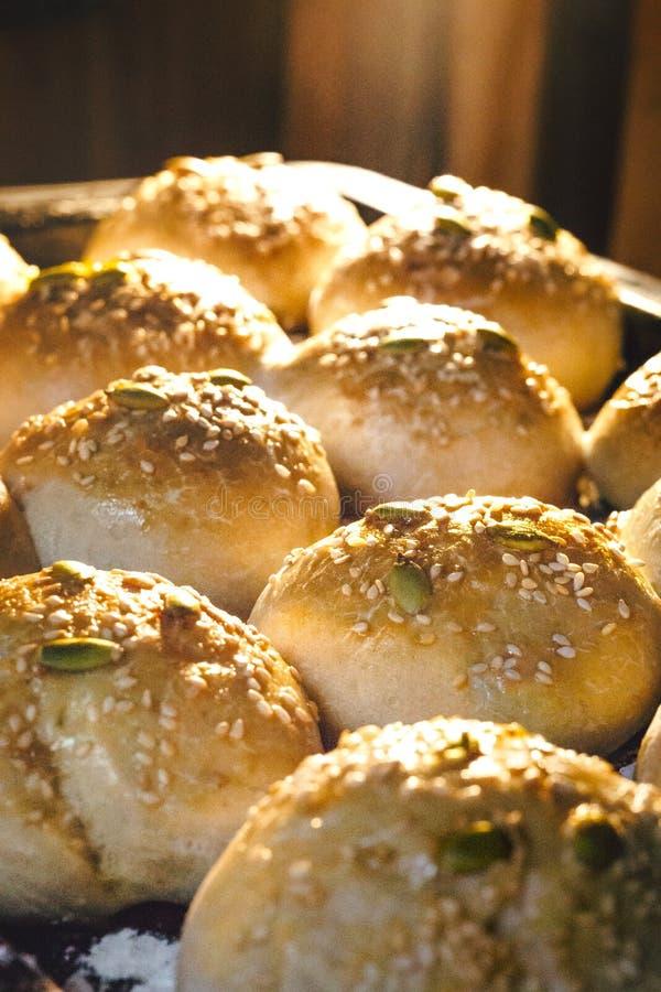 Het gebakken Brood uitgaan van de oven royalty-vrije stock foto