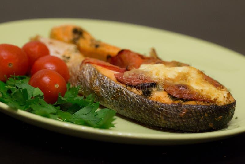 Het gebakken sappige close-up van het zalmlapje vlees stock afbeeldingen