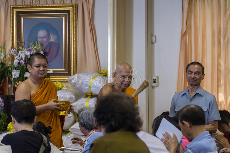 Het gebed ontvangt wijwater van abt royalty-vrije stock afbeelding