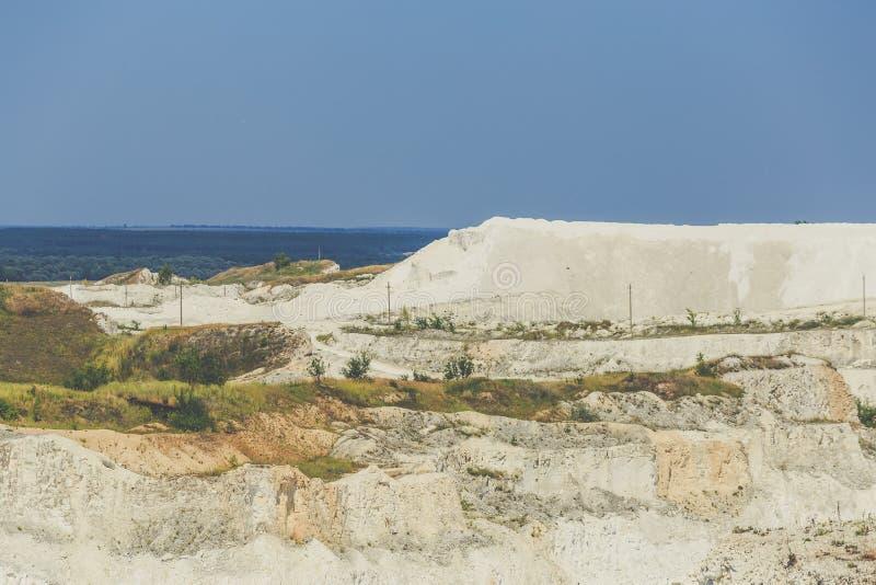 Het gebied van de de mijnbouwontwikkeling van de kalksteensteengroeve stock foto