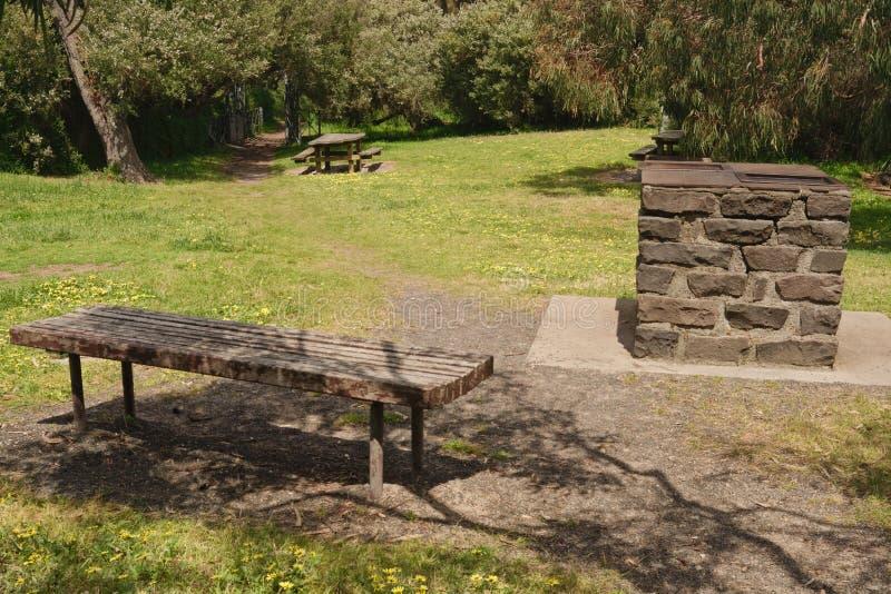Het gebied van de picknick in schaduw royalty-vrije stock afbeeldingen