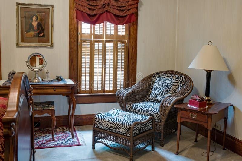 Het Gebied van de slaapkamerzitting met Rieten Stoel royalty-vrije stock afbeelding