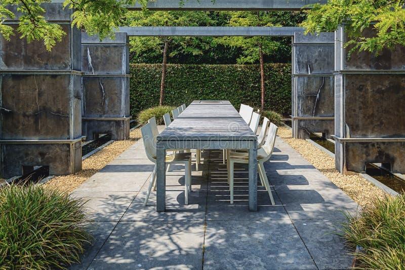 Het gebied van de terrasplaatsing in de tuin royalty-vrije stock fotografie