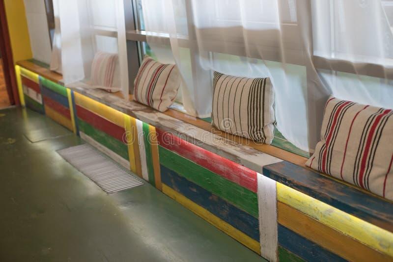 Het gebied van de terraszitkamer in een modern bureau Zolderstijl Het wachtende gebied met zitkamer in vermaakcentrum houten bank royalty-vrije stock afbeeldingen