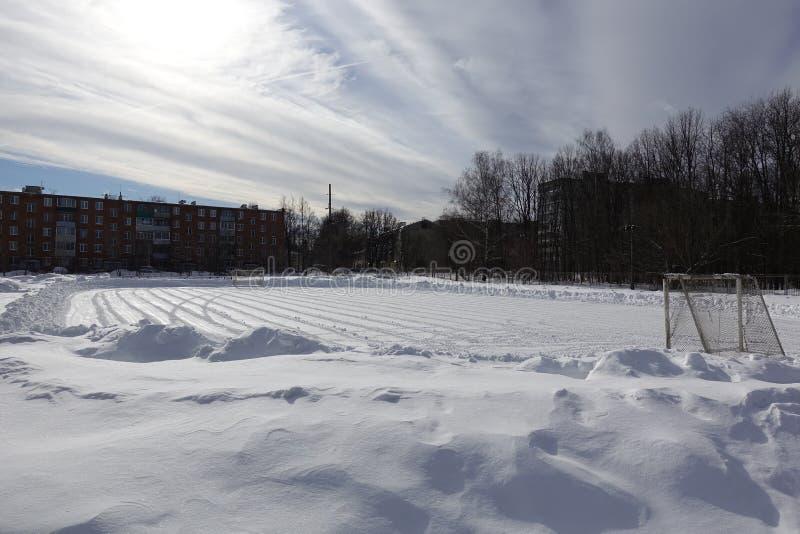 Het gebied van de voetbal in de sneeuw Ontruimd van sneeuw royalty-vrije stock foto's