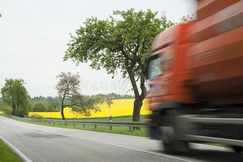 Het gebied van de vrachtwagen en van canola stock foto's
