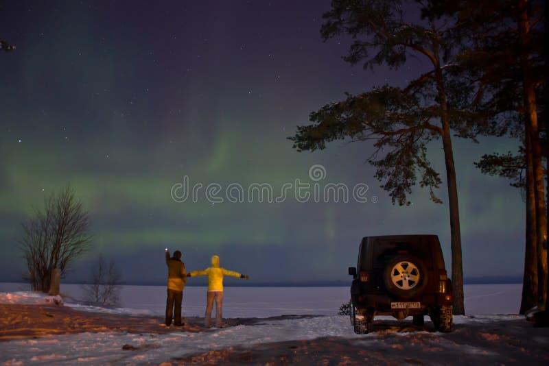 Het gebied van Leningrad, Rusland, 16 Februari 2016: foto's van jeep Wrangler op de kust van meer Ladoga tijdens de Noordelijke l royalty-vrije stock fotografie