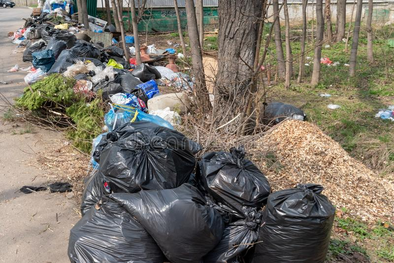 Het gebied van Moskou, Rusland - April 26, 2019: Huisvuilstortplaats aan de kant van de weg Het probleem met de verwijdering en d stock fotografie