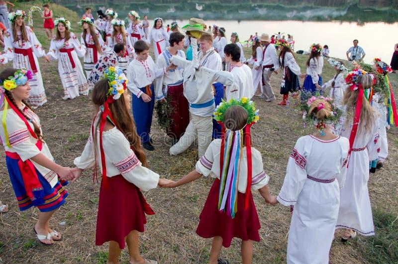 Het gebied van Odessa, dorp Vizirka, de Oekraïne - 6 Juli 2013: vakantie Ivana Kupala Night stock afbeeldingen