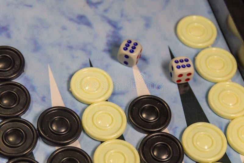 Het gebied van het spel in een backgammon met dok en controleurs royalty-vrije stock fotografie