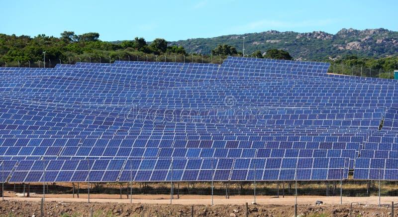 Het gebied van zonnepanelen stock afbeeldingen