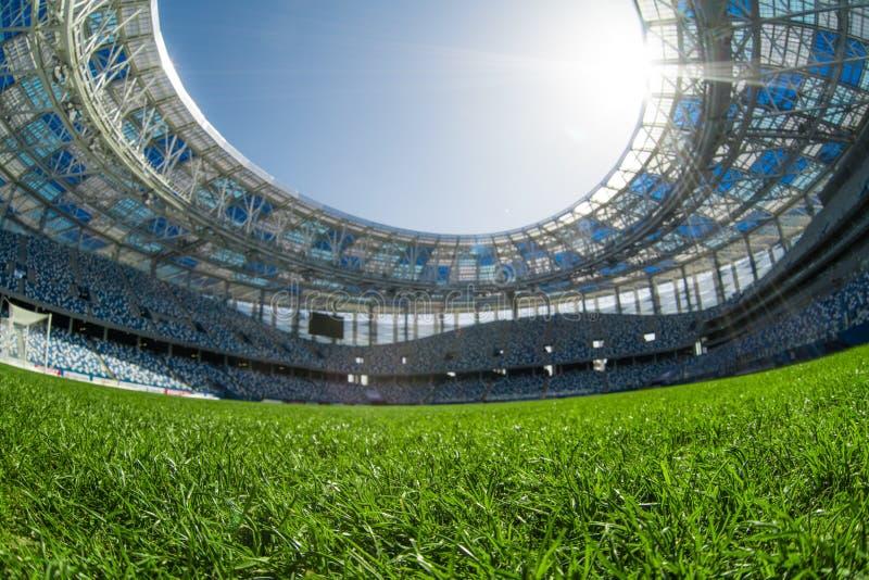 Het gebiedsstadion van het sportgras op een zonnige dag blauwe hemel royalty-vrije stock afbeelding