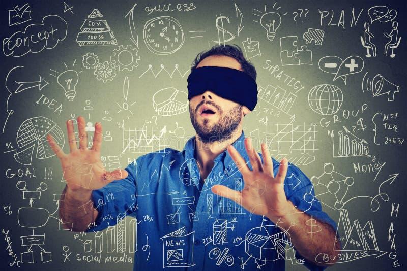 Het geblinddochte jonge bedrijfsmens zoeken die door sociaal media financieel gegevensplan lopen royalty-vrije stock afbeeldingen