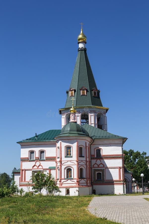 Het gebouw van Abt met een Klokketoren in het Klooster van Valdai Svyatoozersky Iversky, Novgorod-Gebied stock foto's