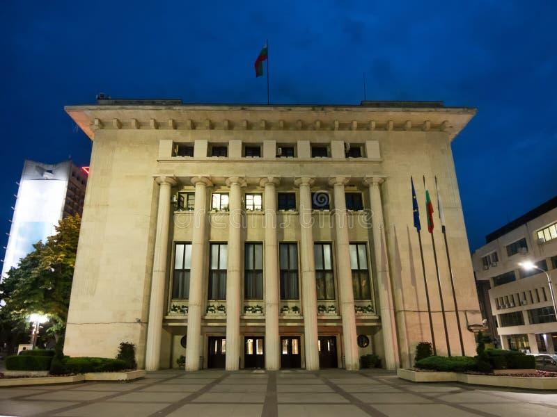Het gebouw van de stad Hall 's nachts op het centrale plein van Burgas, Bulgarije royalty-vrije stock afbeeldingen
