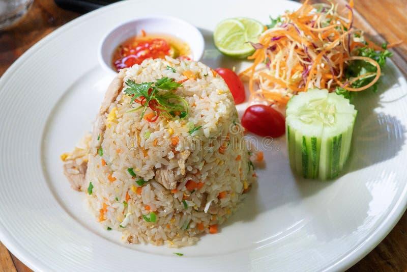 Het gebraden diner, het ei en de groente van rijstzeevruchten stock afbeeldingen