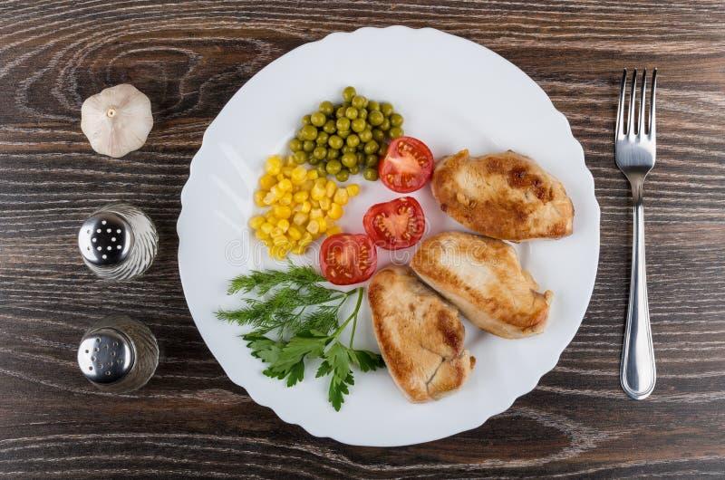 Het gebraden vlees van Turkije met greens en groenten in witte schotel stock afbeelding