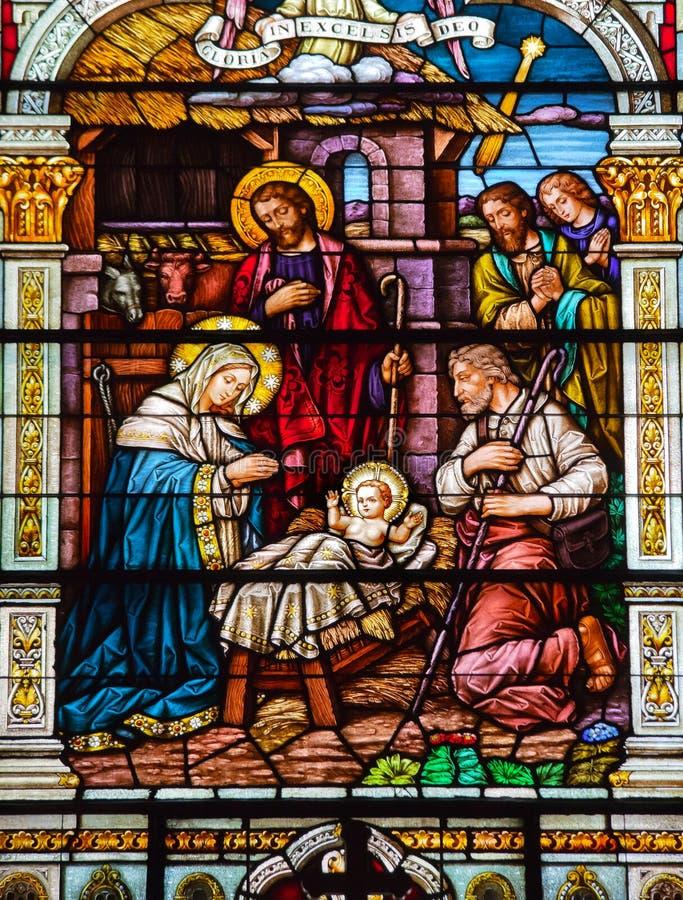 Het Gebrandschilderd glas St Peter Paul Church van de Scène van de geboorte van Christus stock afbeelding