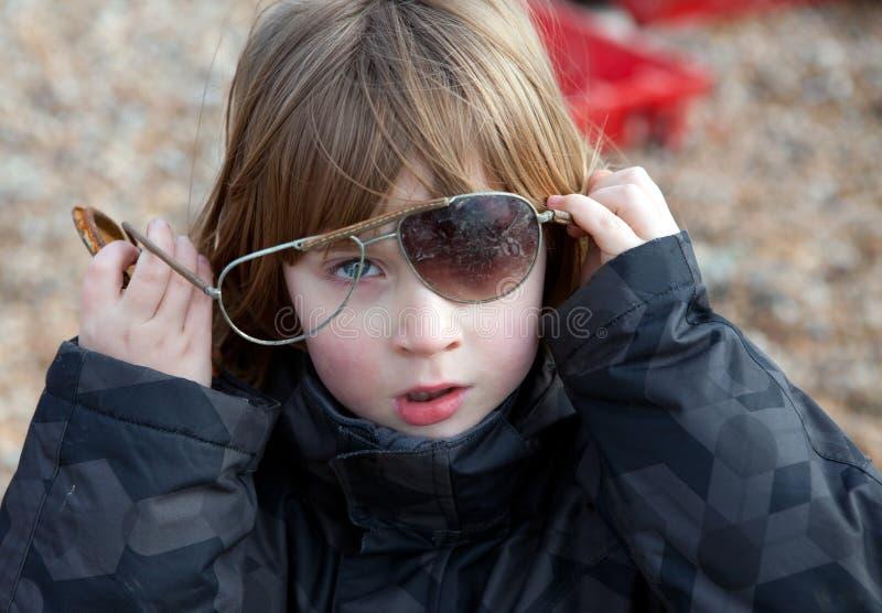 Het gebroken spelen van het kind zonnebril stock afbeeldingen