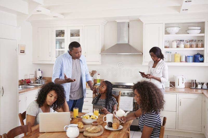 Het Gebruik van vaderconcerned with excessive van Technologie door Familie stock afbeelding