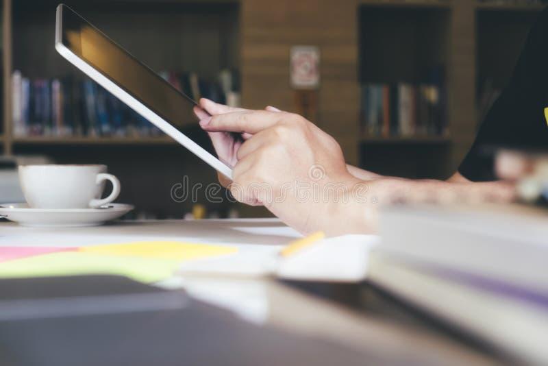 Het gebruiken online verbindt technologie voor zaken, onderwijs en mededeling royalty-vrije stock afbeeldingen
